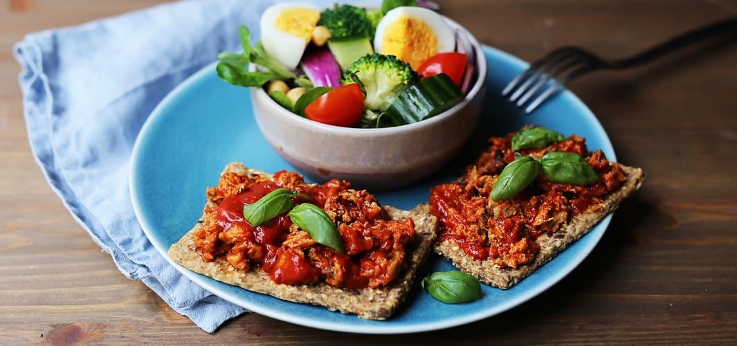 Knekkebrød med makrell i tomat