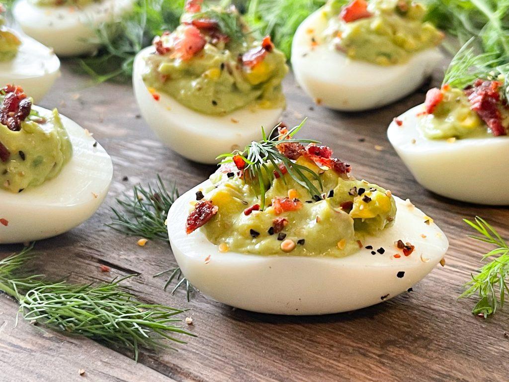 Fylte KETO egg med avokado mix, bacon & friske urter.